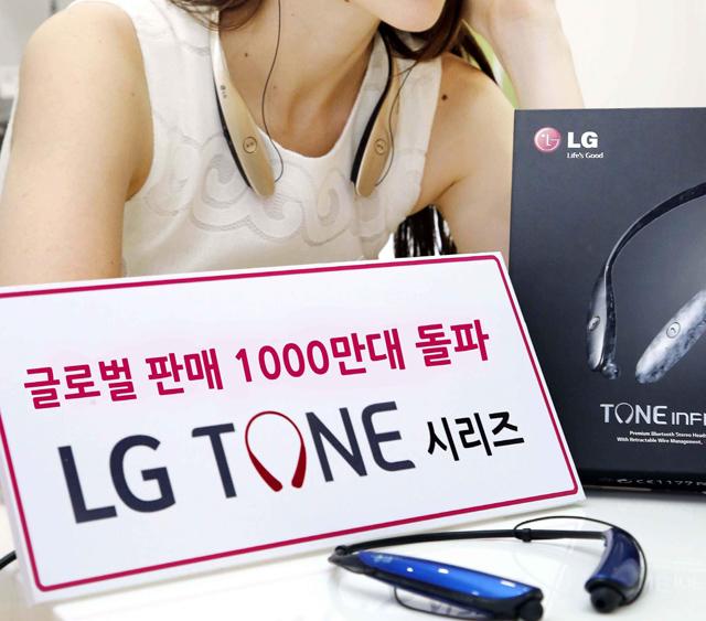 모델이 LG 톤플러스 블루투스 헤드셋을 착용하고 있는 모습입니다.