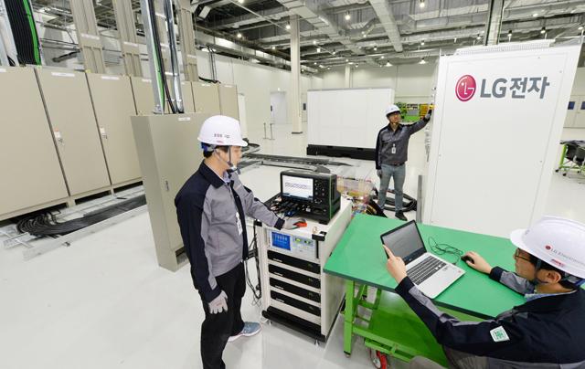 LG전자 연구원들이 국내 최대 규모인 ESS 통합 시험 설비를 이용해 1MW규모 ESS제품의 안전성과 성능을 테스트하고 있는 모습 입니다.