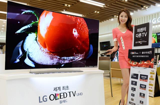 모델이 65형 울트라 올레드 TV(65EG9600) 제품과 함께 포즈를 취하고 있습니다.