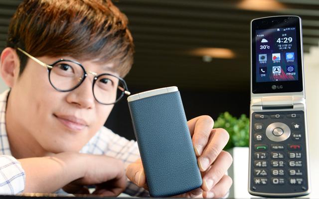 모델이  스마트 폴더폰 'LG 젠틀(Gentle)'와 함게 포즈를 취하고 있습니다.