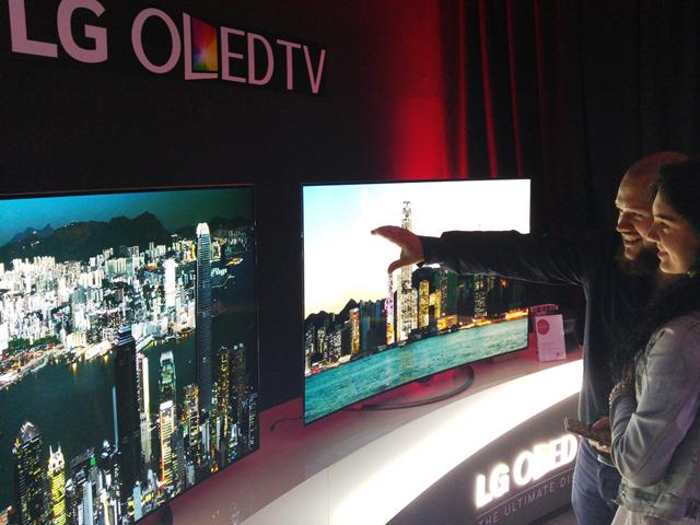 영화제를 찾은 관람객들이 65형 LG 울트라 올레드 TV를 감상하고 있습니다.