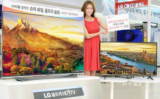 모델이 매장에서 65형 슈퍼 울트라HD TV(65UF9500)와 43형울트라HD TV(UF6700)을 소개하고 있습니다.