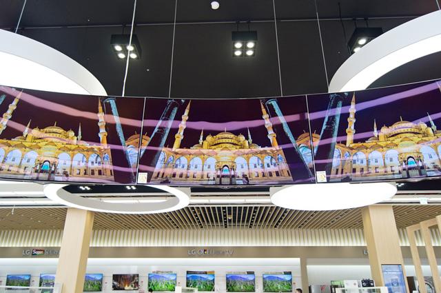 매장 안에 OLED TV가 공중에 매달려 있다. 밑에서 올려다 본 앵글