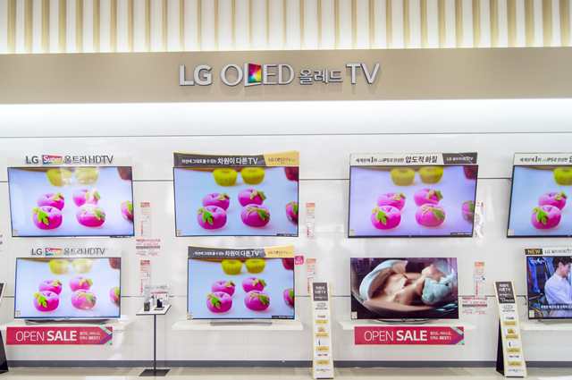 OLED TV가 진열되어 있는 모습