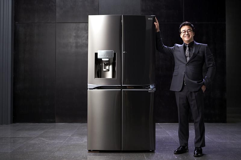 디오스 얼음정수기 냉장고에 손을 올리고 웃고 있는 백종원