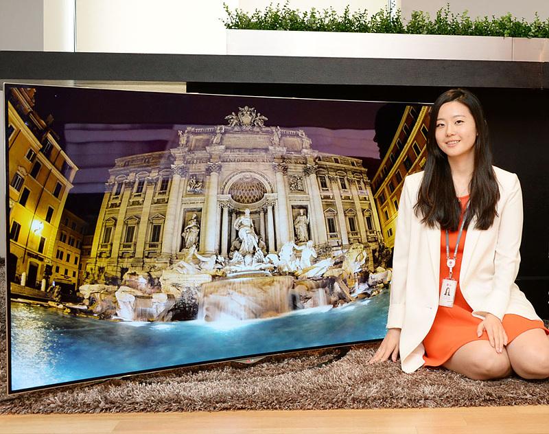 박성희 사원이 올레드TV 앞에 앉아있다.