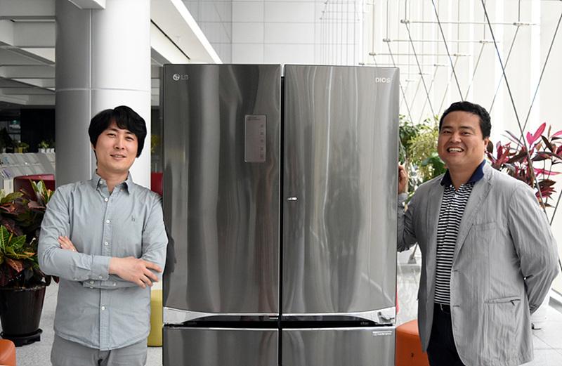 HA디자인연구소 서운규 수석과 이대성 선임이 냉장고 옆에 서 있는 모습