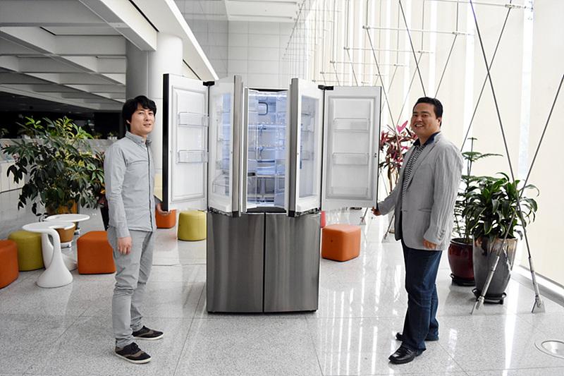 문이 열린 냉장고 앞에 서 있는 HA디자인연구소 서운규 수석과 이대성 선임