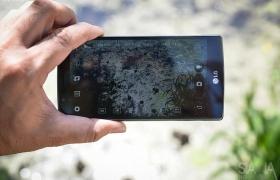 LG G4 카메라를 들고 풍경을 촬영하는 모습