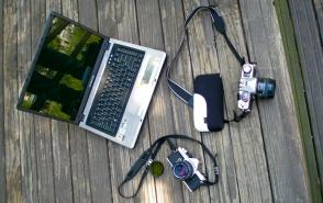 바닥에 놓여있는 카메라와 노트북