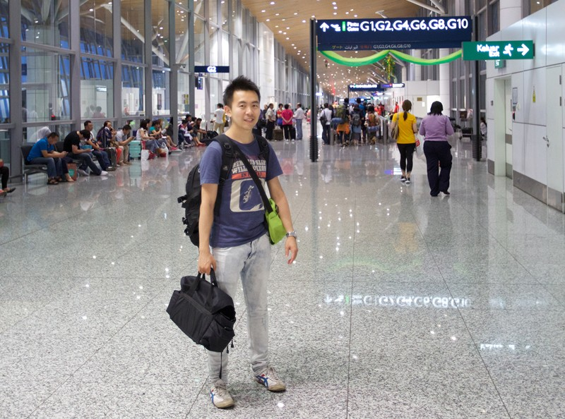 네팔공항에 서 있는 필자