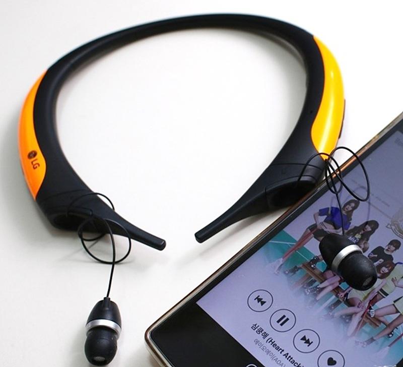 톤플러스 액티브 제품을 스마트폰과 연결한 모습