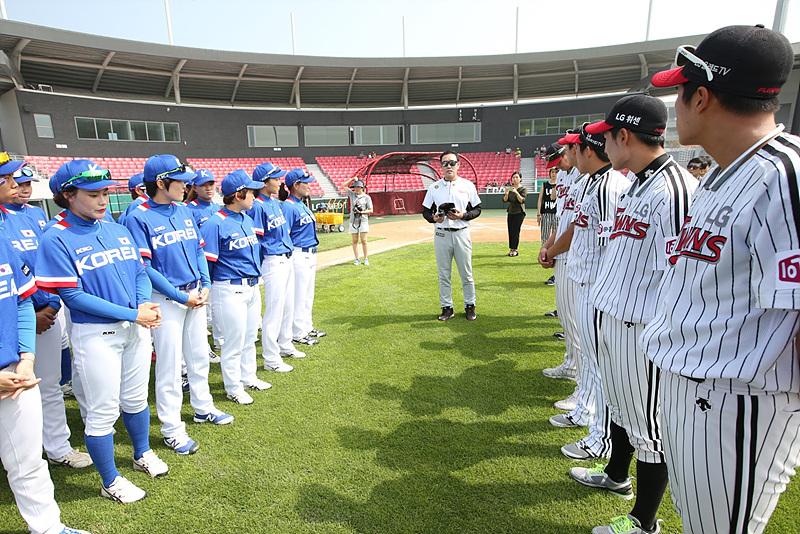 야구 클리닉을 진행하는 LG트윈스 선수들과 여자 국가대표 야구팀