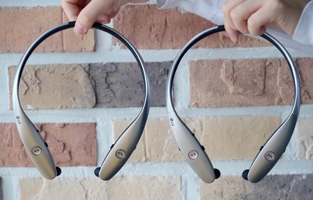 구분하기 힘들 정도로 유사한 톤플러스 정품(왼쪽, 모델명: HBS-900)과 톤플러스 모조품(오른쪽) 입니다.