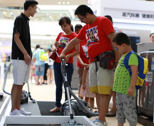 제품 체험존에서 중국 소비자가 LG 코드제로 청소기를 사용해 보고 있는 모습 입니다.