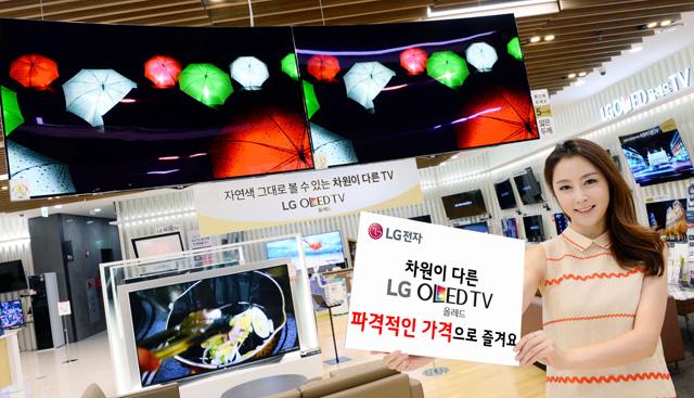 모델이 LG전자 올레드 TV 특별가 체엄 이벤트를 소개하고 있습니다.