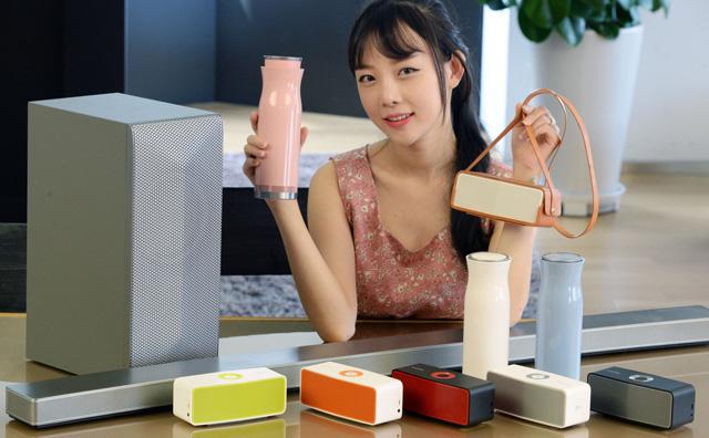 모델이 LG전자 무선 오디오 제품들을 소개하고 있습니다.