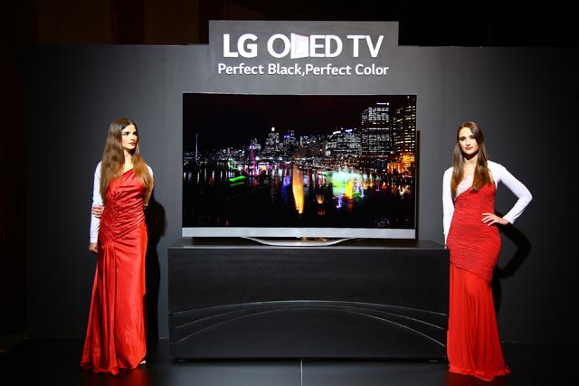 모델이 LG 울트라 올레드 TV를 소개하고 있습니다.