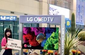 모델이 인천국제공항에서 LG 올레드 TV를 소개하고 있습니다.