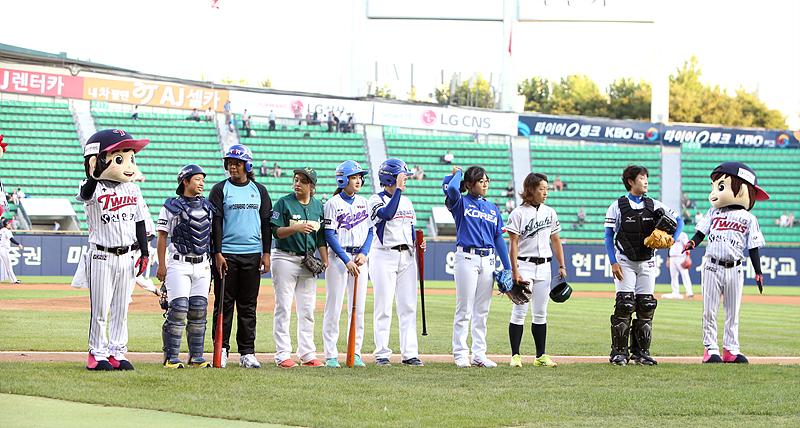 야구장에 나란히 서 있는 선수들