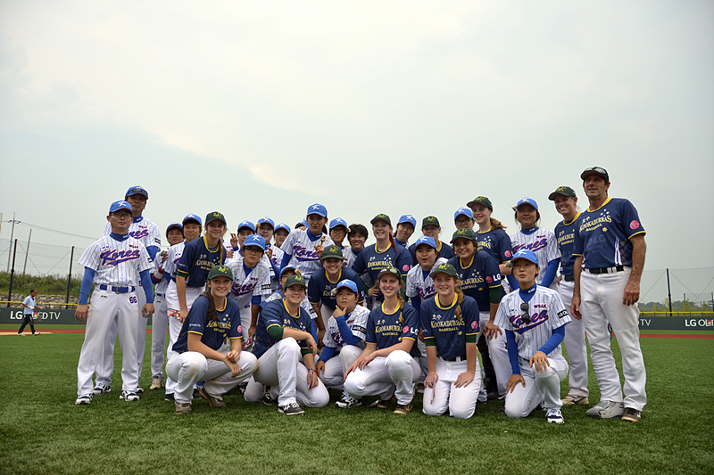 '2015 LG컵 국제여자야구대회(LG Cup International Women's Baseball Tournament 2015)'에 참가하는 선수들 단체 사진