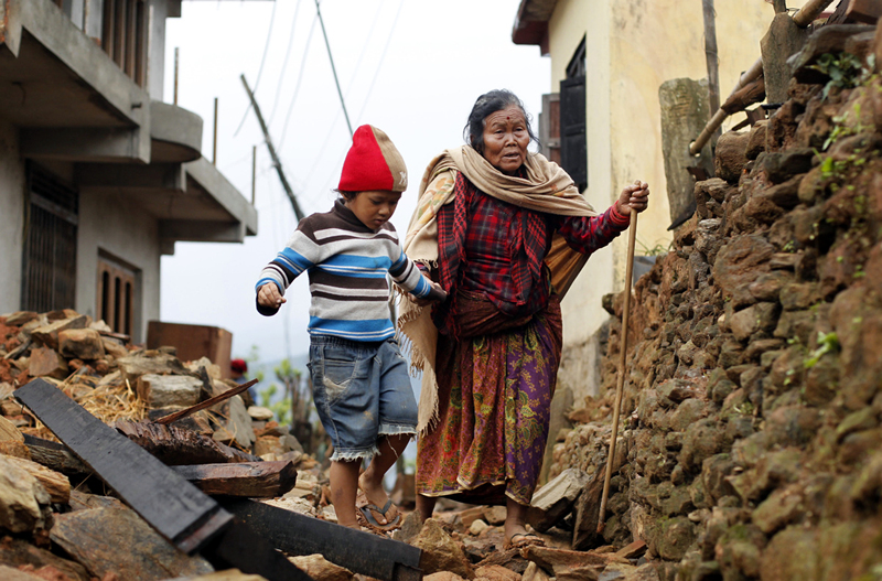 무너진 건물 위를 걷고 있는 노인과 어린아이