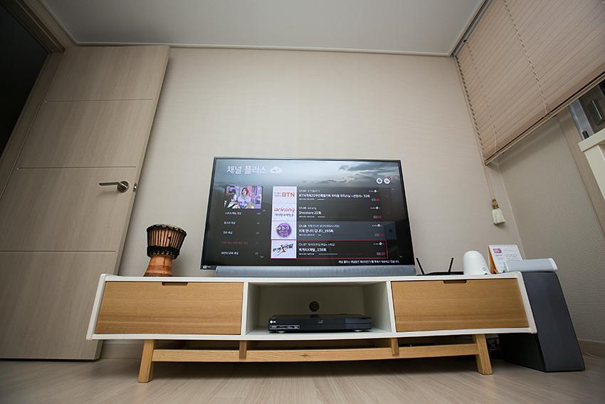 LG전자 TV 화면을 켠 모습