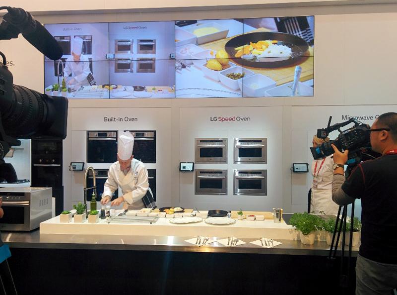 Cooking Show 사진. 한 요리사가 직접 요리를 하고 있는 모습을 촬영하고 있다.