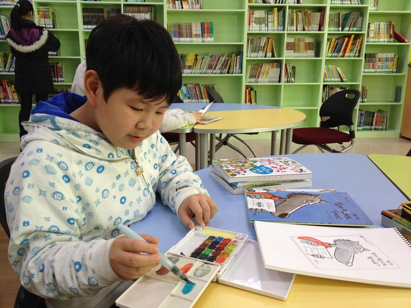 도서관에서 그림을 그리고 있는 아이
