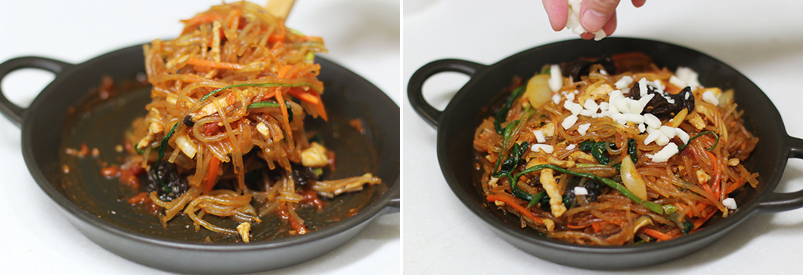 오븐 용기에 잡채를 덜어 담는 모습(좌), 잡채 위에 피자치즈를 뿌리는 모습(우)