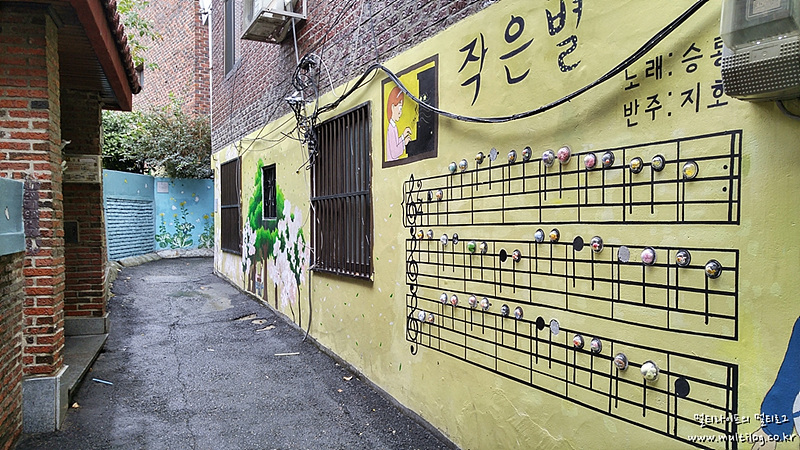 '작은별' 악보가 그려진 벽