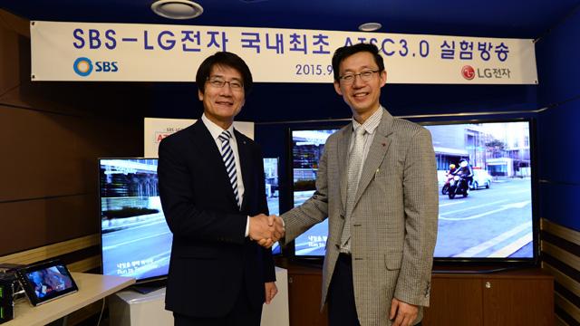 LG전자 차세대표준연구소장 곽국연 부사장(오른쪽)과 SBS 박영수 기술본부장(왼쪽)이 ATSC 3.0의 성공적인 기술시연에 성공을 기념하며 악수하고 있습니다.