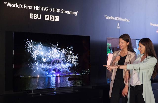 모델이 LG 울트라 올레드 TV로 HDR콘텐츠를 감상하고 있습니다.