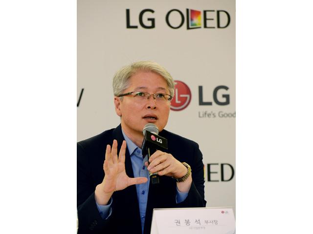 LG전자 홈엔터테인먼트(HE) 사업본부장 권봉석 부사장이 4일(현지시각) 독일 베를린에서 기자간담회를 갖고 올레드 TV시장 전략을 발표하고 있는 모습 입니다.