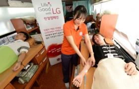 LG전자 직원이 헌혈하는 모습 입니다.