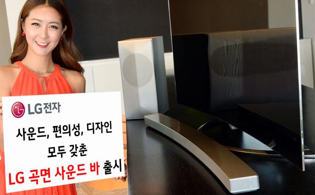 모델이 LG 트윈타워에서 LG 곡면 사운드바를 소개하고 있습니다.