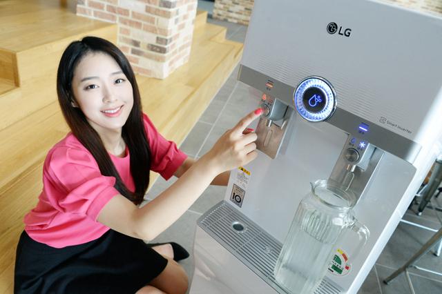 모델이 국내 최초로 인버터 컴프레서를 적용한 LG 스탠드 정수기를 소개하고 있습니다.