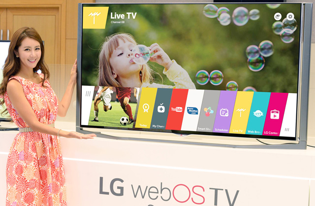 모델이 LG 웹OS 스마트 TV를 소개하고 있습니다.