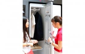 중국 광주시에 위치한 유명 가전 매장 '쑤닝'에서 고객들이 스타일러를 살펴보고 있습니다.