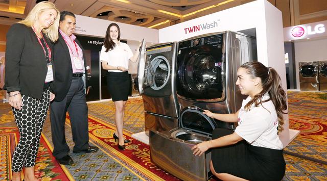 현지 거래선 관계자들이 LG만의 혁신적인 제품인 '트윈워시' 세탁기를 둘러보고 있습니다.
