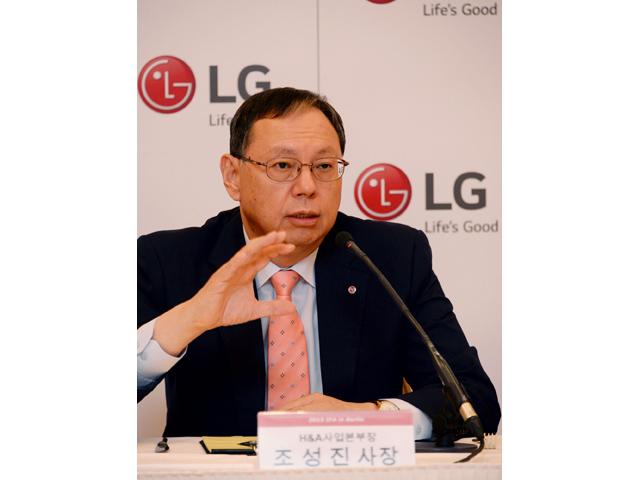 LG전자 H&A사업본부장 조성진 사장이 5일(현지시각) 독일 베를린에서 기자간담회를 갖고 프리미엄 빌트인 LG 스튜디오를 포함한 사업 전략을 발표하고 있는 모습입니다.