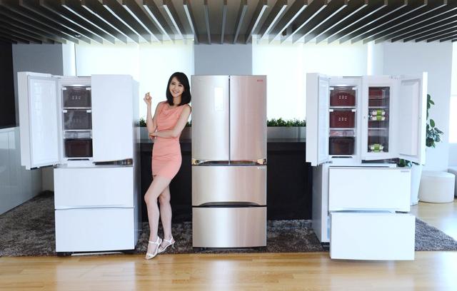 LG전자 모델이 디오스 김치톡톡 김치냉장고 신제품을 소개하고 있습니다.