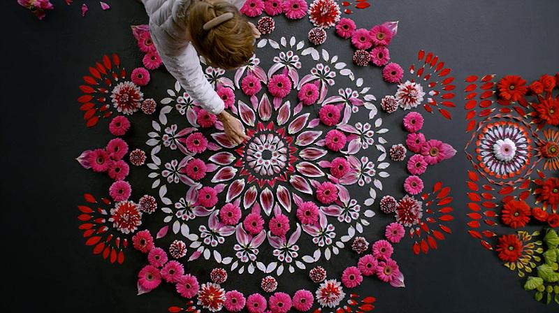 올레드 TV CF 중 한 장면. 캐시 클라인이 꽃으로 작품을 만들어 내고 있다.