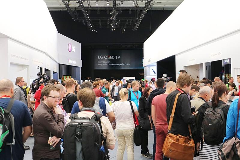 LG전자 OLED TV 부스에 몰려있는 사람들