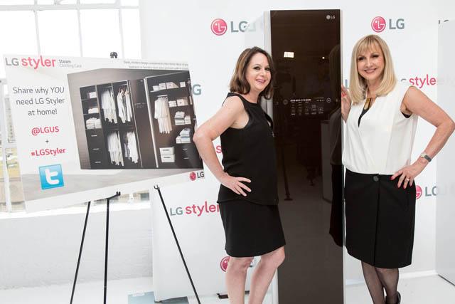 LG전자가  미국 뉴욕에서 현지시간 10일 개막한 뉴욕 패션위크에 스타일러를 선보였다. 헐리우드 영화인인 에이드리언 스턴(Adrienne Stern, 좌측)과 미국 CNN 방송의 리포터인 캐틀린 드몬쉬(Katlean DeMonchy)가 스타일러 옆에서 포즈를 취하고 있다.