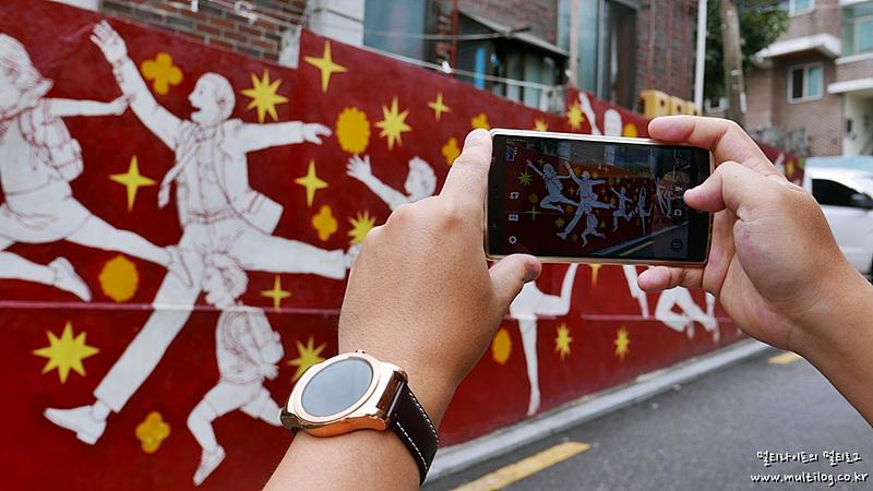 LG G4로 벽화를 촬영하는 모습