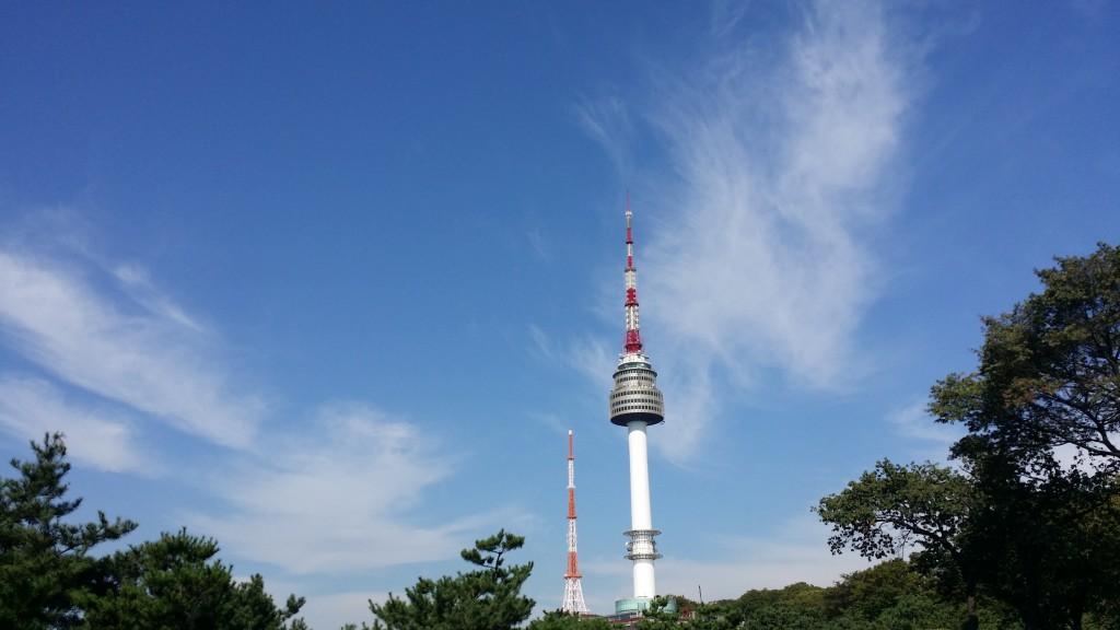 남산 타워를 배경으로 맑은 가을 하늘이 보인다