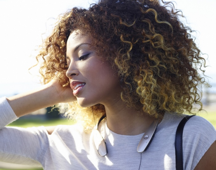 외국인 여성 모델이 '톤플러스'로 음악을 듣고 있다.