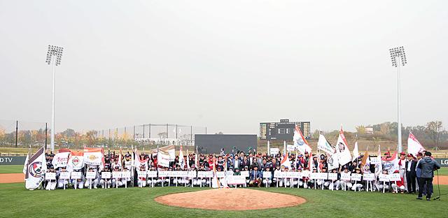개막식에 참가하는 800여명의 선수들이 그라운드에 모여 있다