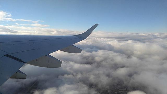 구름위에서 찍은 비행기 날개의 모습